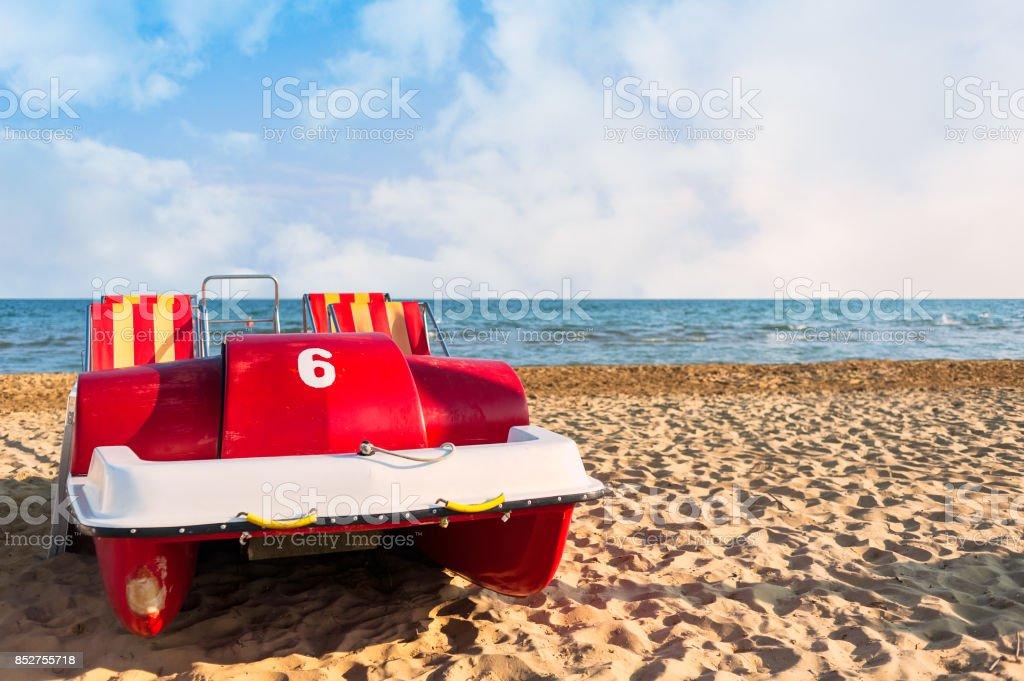 Pedal-barco en la playa. - foto de stock