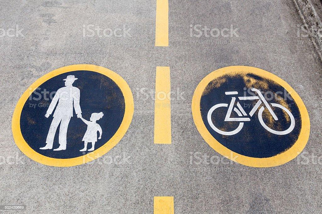 Sinal de Pistas Pedesrtian e bicicleta - foto de acervo