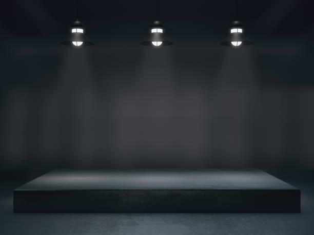sockel für display, leere produktstand mit lampe lichtfleck - regal schwarz stock-fotos und bilder