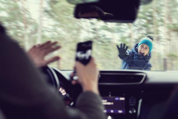 fußgängerunfall - mann mit einem telefon während der fahrt ein auto - fußgänger stock-fotos und bilder