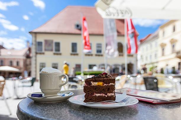 pedestrian area in the city center of moedling - austria - wenen oostenrijk stockfoto's en -beelden