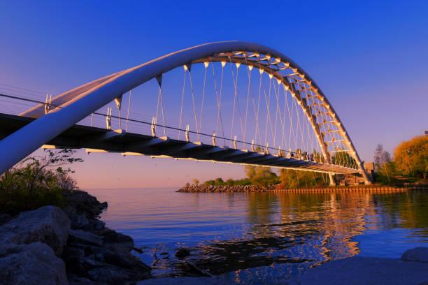 온타리오 호수에서 보행자 다리 - 토론토 온타리오 뉴스 사진 이미지