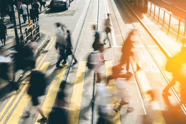 passage piétonnier à la ville occupée avec la lumière du soleil - passage balisé photos et images de collection