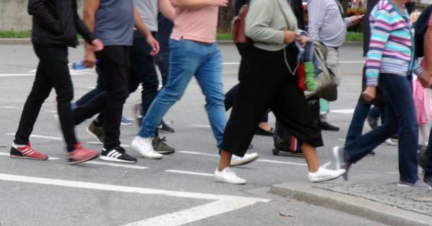 voetgangersoversteekplaats zebrapad landschap - 2010 2019 stockfoto's en -beelden