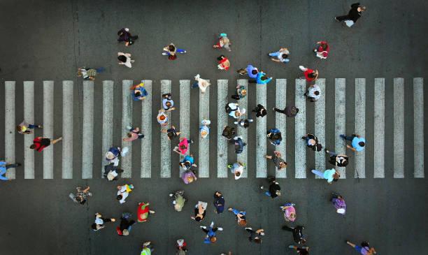 fußgängerzone überqueren kreuzweg, oben blick. - fußgänger stock-fotos und bilder