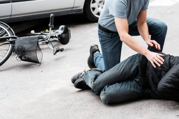 voetgangers helpen slachtoffer - voetganger stockfoto's en -beelden