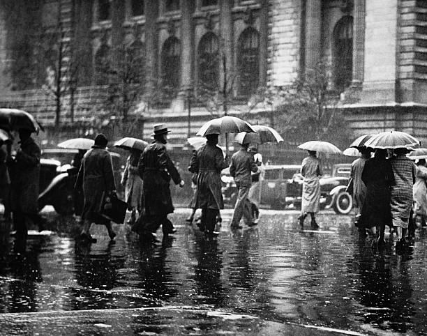 歩行者通りを通過したら、雨,new york ,usa (b &w - 都市 モノクロ ストックフォトと画像