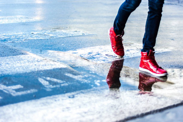 voetgangers - street style stockfoto's en -beelden