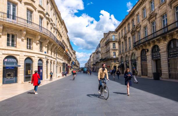 Rue commerçante piétonne avec des magasins de mode de luxe dans le centre historique de Bordeaux, France - Photo