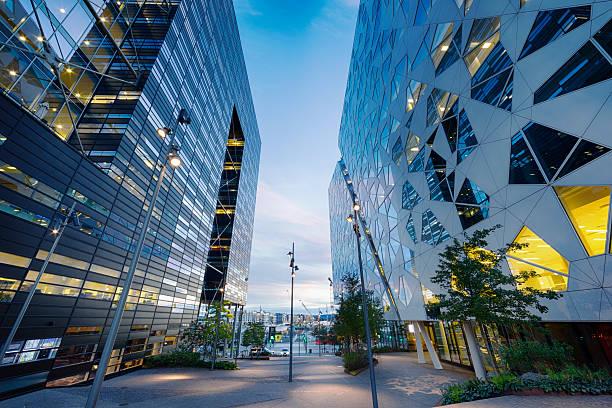 pedestrian walkway in business district, between modern buildings of oslo - oslo stockfoto's en -beelden