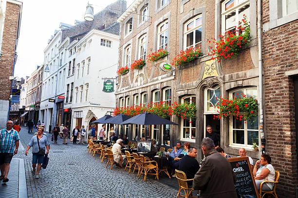 pedestrian zone kersenmarkt in maastricht - maastricht stockfoto's en -beelden