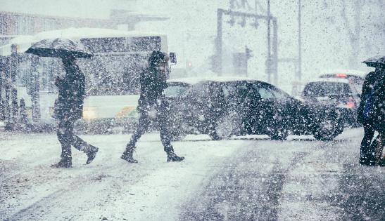 Pedestrians And Traffic On A Winter Day - Fotografie stock e altre immagini di Ambientazione esterna