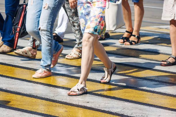 voetgangers bij een voetgangers kruising - voetganger stockfoto's en -beelden