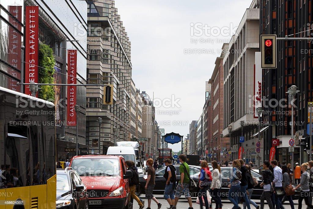 Fußgänger überqueren geschäftigen Einkaufsstraße, der Friedrichstrasse, Berlin, Deutschland Lizenzfreies stock-foto