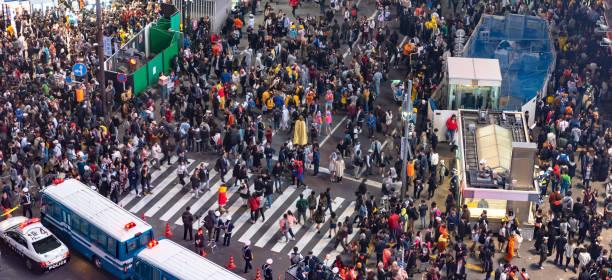 fußgänger zebrastreifen im stadtteil shibuya - tokyo cosplay stock-fotos und bilder