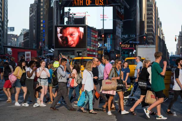 fußgänger in new york city times square - neontasche stock-fotos und bilder