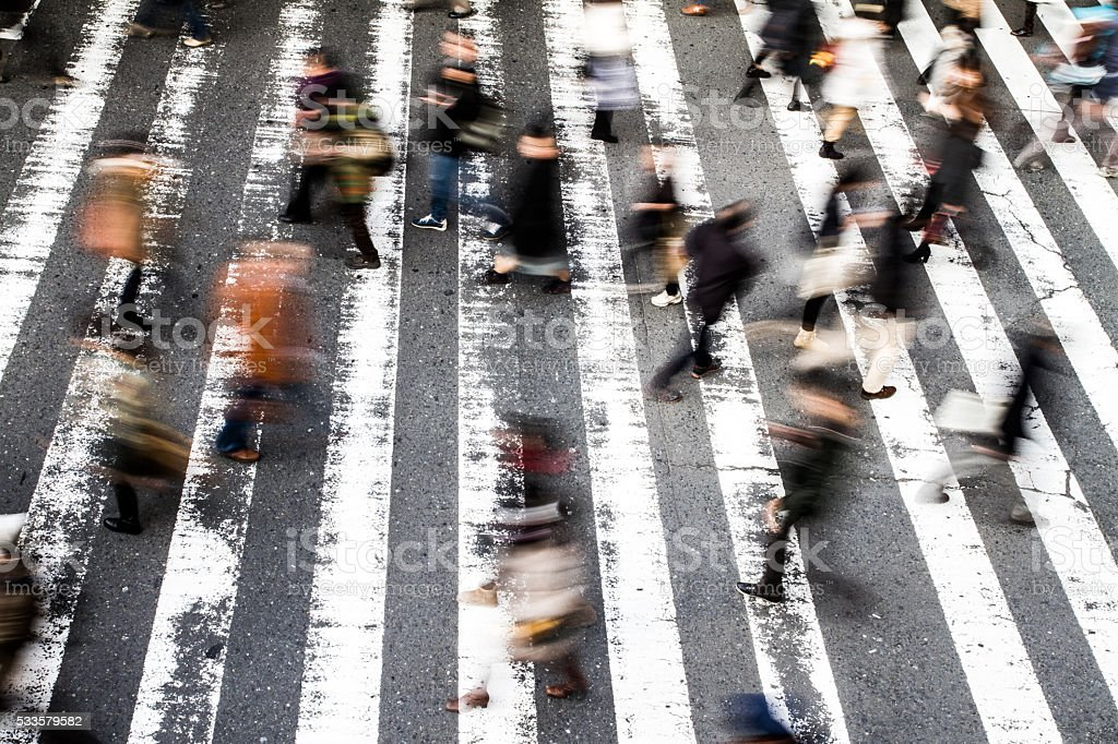Fußgänger auf einem Zebrastreifen – Foto