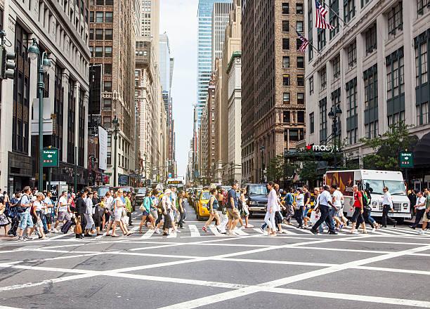 fußgänger am zebrastreifen, new york city - fußgänger stock-fotos und bilder