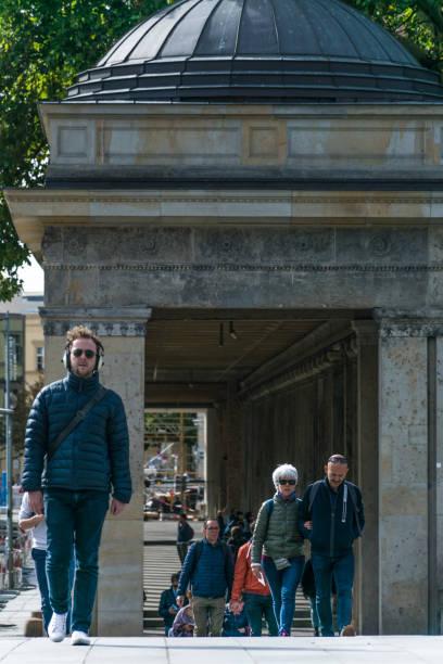 Fußgänger, die auf der Museumsinsel spazieren gehen, einem Komplex von international bedeutenden Museen, der sich neben dem Berliner Dom, dem Berliner Dom, befindet – Foto