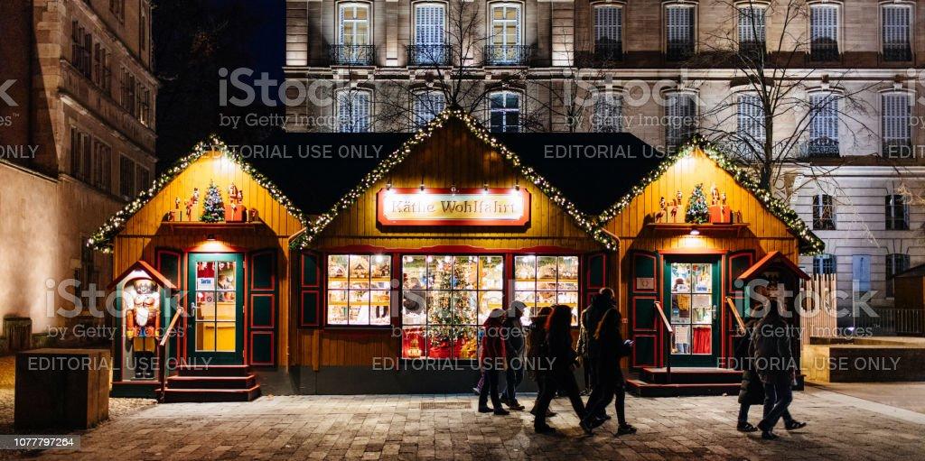 Stände Weihnachtsmarkt.Fußgänger Zu Fuß Vor Weihnachtsmarkt Stände Chalet In Zentraler