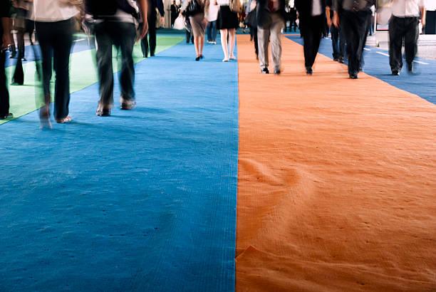歩行者のカーペットを歩く - 展示会 ストックフォトと画像