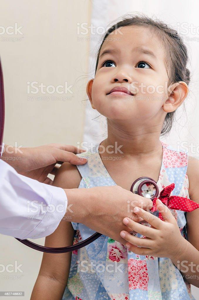 Kinderarzt und ein Kind – Foto