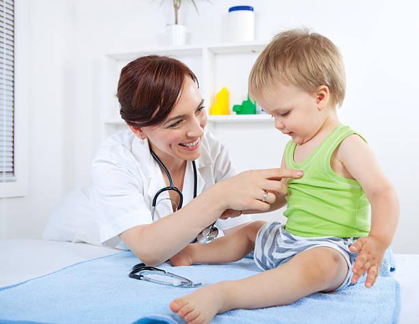 kinderarzt und baby - lustige babybilder stock-fotos und bilder