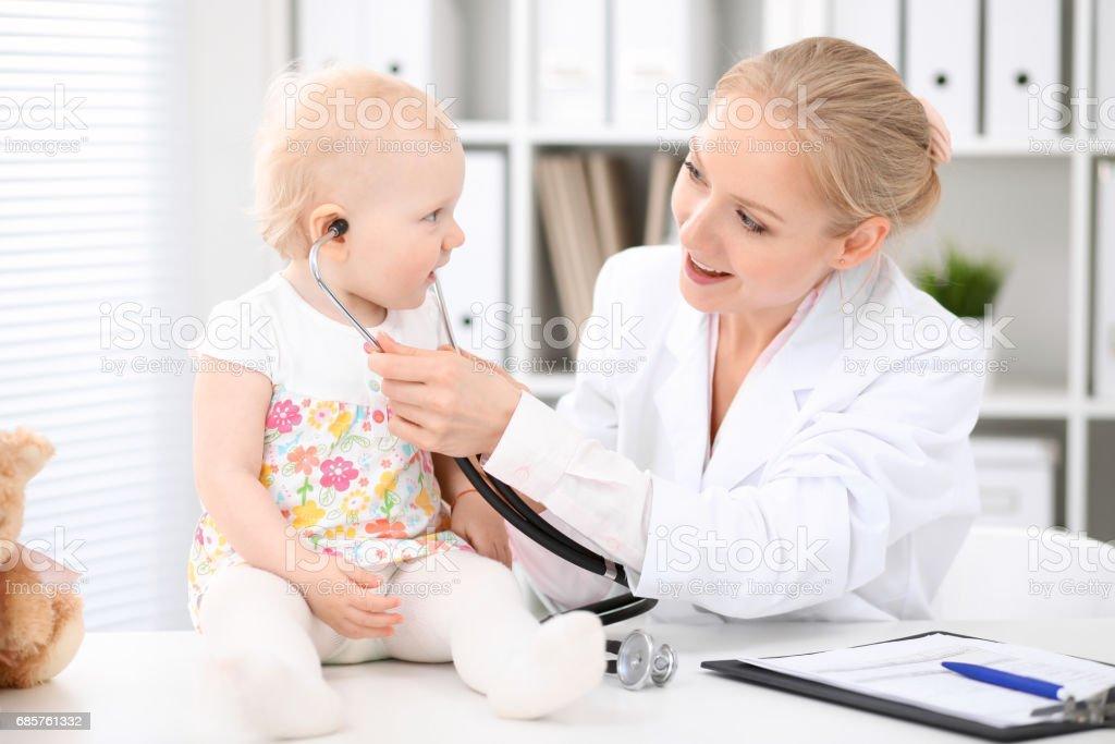 Kinderarts is het verzorgen van de baby in het ziekenhuis. Meisje is te onderzoeken door arts met de stethoscoop royalty free stockfoto