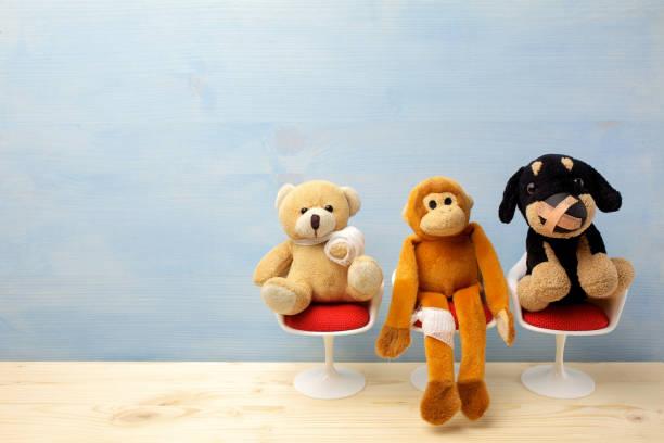 Kinderarzt. Spielzeugtiere sitzen auf dem Stuhl im Krankenhaus. Gesundheitszentrum für Kinder. – Foto