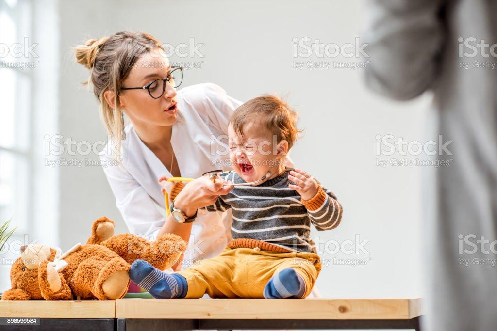 Pediatra con un niño foto de stock libre de derechos