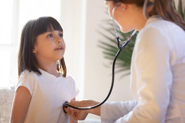 barn läkare med stetoskop lyssnar på lung-och hjärt ljud av barnet - andningssystem bildbanksfoton och bilder