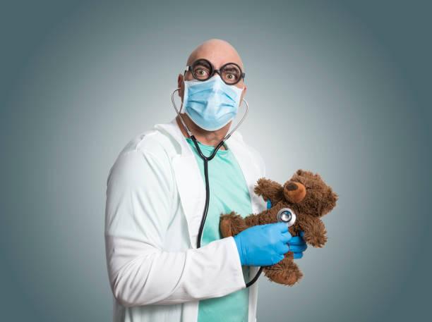 pediatra con osito de peluche - studioimagen73 fotografías e imágenes de stock