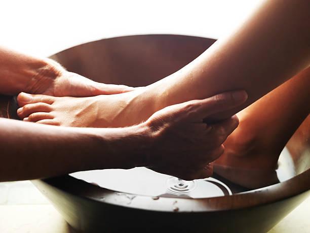 pediküre-frau füße bekommen eine fußmassage - fußpflege stock-fotos und bilder