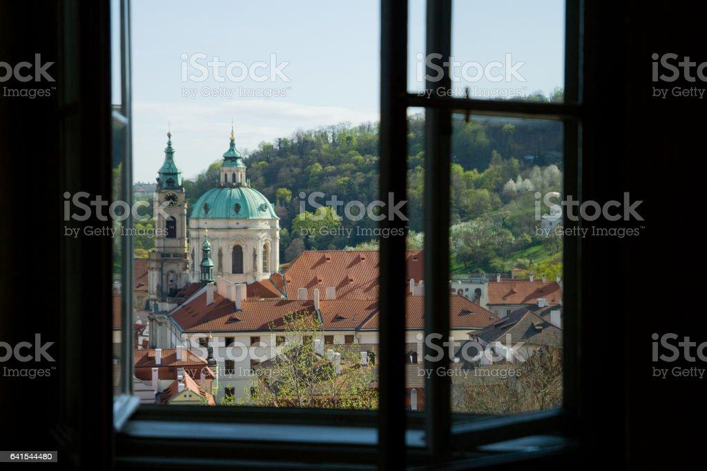 Peek through a window on St. Nicolas Church foto