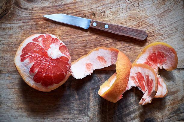 剥いたピンクグレープフルーツ - グレープフルーツ ストックフォトと画像