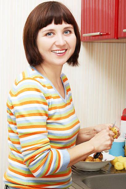 peeling-kartoffeln - peeling zu hause machen stock-fotos und bilder
