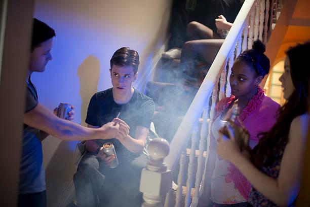 pressione di pari in un favoloso house party. - droghe ricreative foto e immagini stock