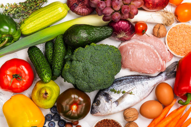 pegan comida dietética sobre mesa blanca - dieta paleolítica fotografías e imágenes de stock