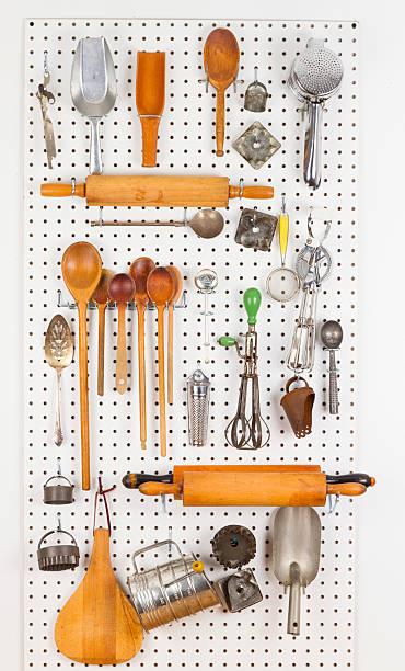 stecktafel mit alten kochen geräte - küchenorganisation stock-fotos und bilder