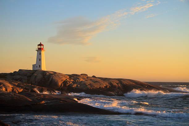 peggy's cove-leuchtturm bei sonnenuntergang - nova scotia halifax stock-fotos und bilder