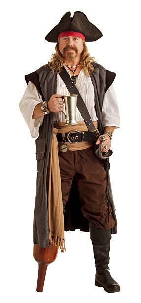pegleg pirate hat einen silbernen becher - bier kostüm stock-fotos und bilder