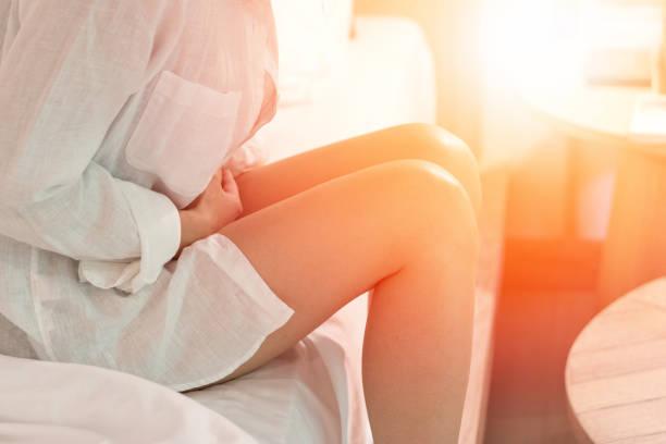 bäckensmärta magont koncept. händerna på ung kvinna på magen som lider på menstruation kramp, matsmältningsbesvär, mag, diarré problem - matsmältningsbesvär bildbanksfoton och bilder