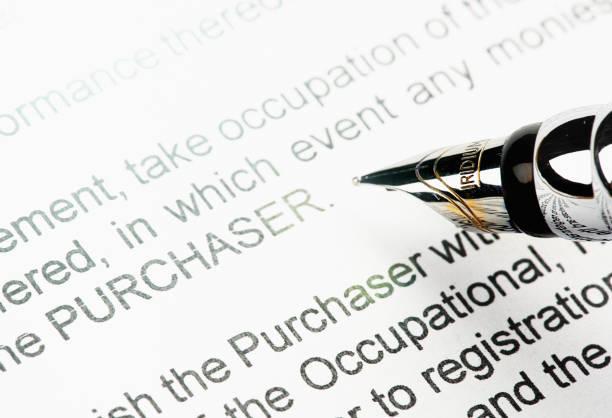 Plume sur le point de signer le document de vente juridiquement contraignant - Photo