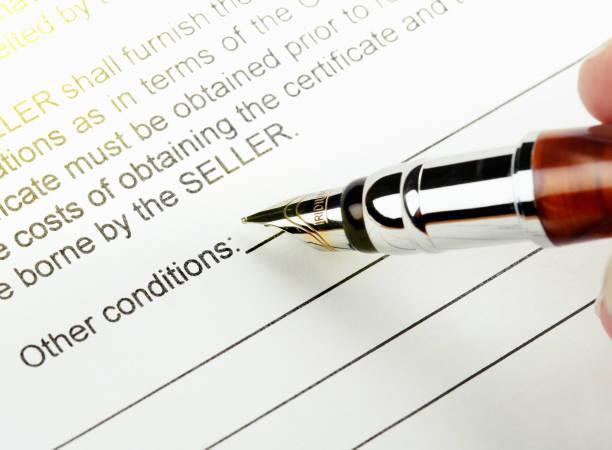 Plume sur le point de signer le contrat de vente - Photo