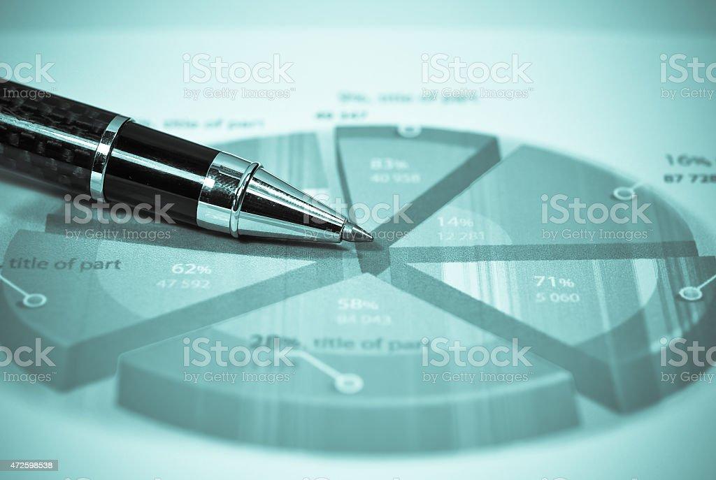 Stift und Grafiken Analys'auf den Tisch. – Foto