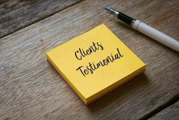 stift und gelbe haftnotizen mit kunden testimonial auf holzhintergrund geschrieben. - feedback stock-fotos und bilder