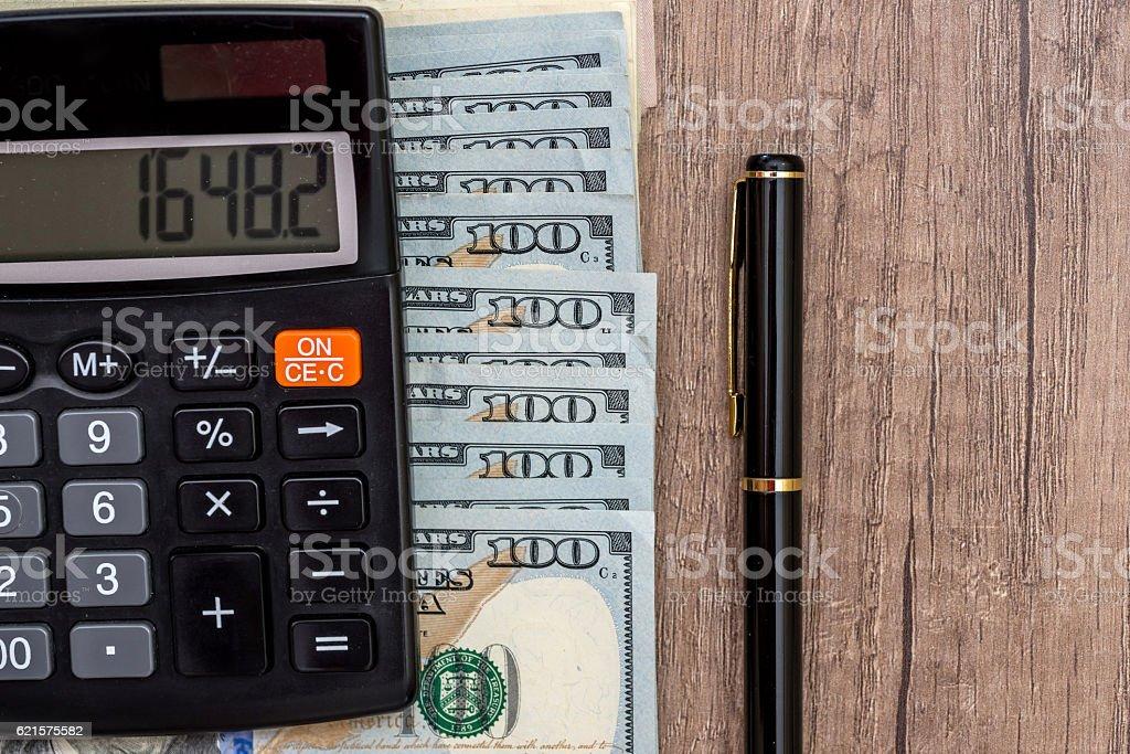 pen, money and calculator on desk photo libre de droits