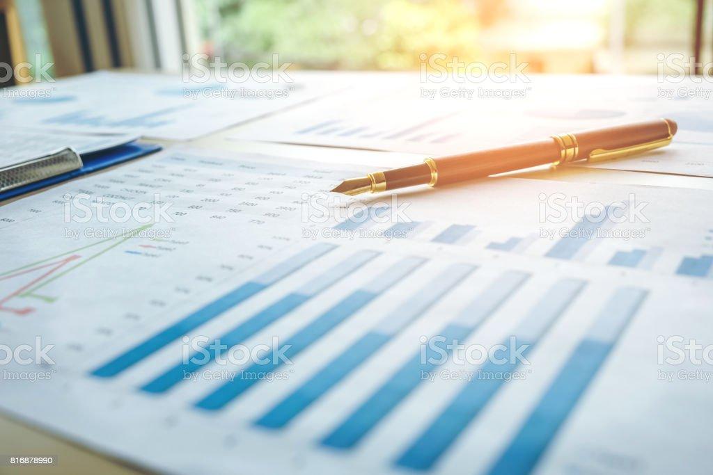 Pluma en el papel de la empresa. Tabla de informe - foto de stock