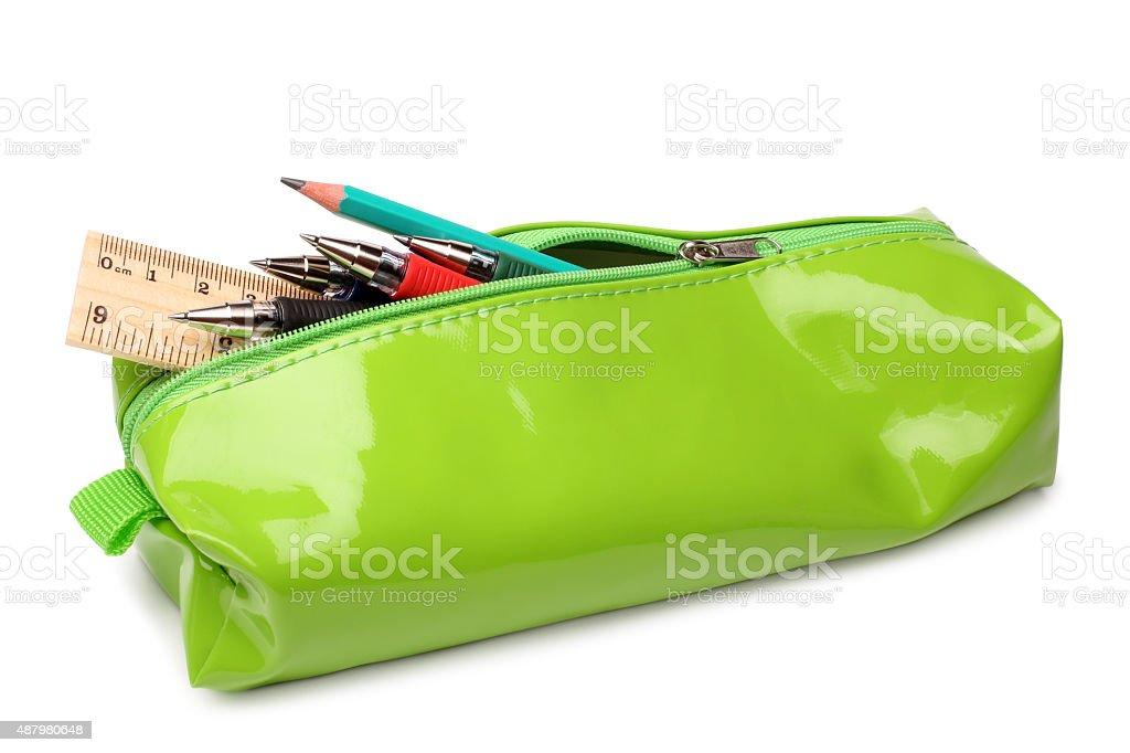 Astuccio per matite con materiale scolastico - foto stock