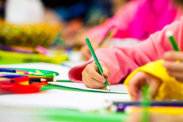 Bleistift in der Hand des Kindes – Foto